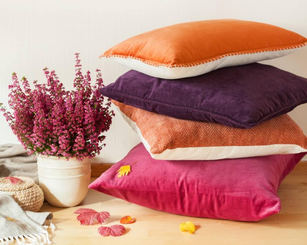 almofadas com cores vivas
