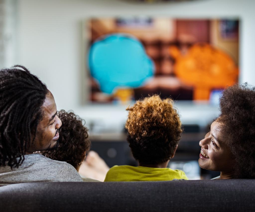 pessoas assistindo tv no sofá da sala