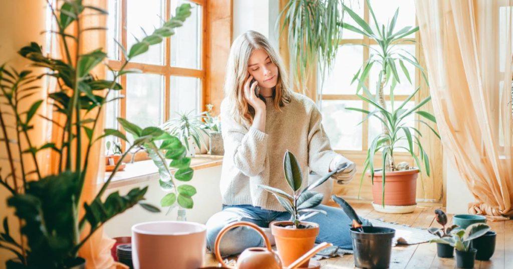 millenials em casa praticando jardinagem