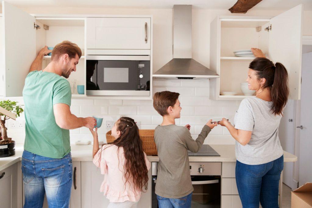 família arrumando a casa juntos