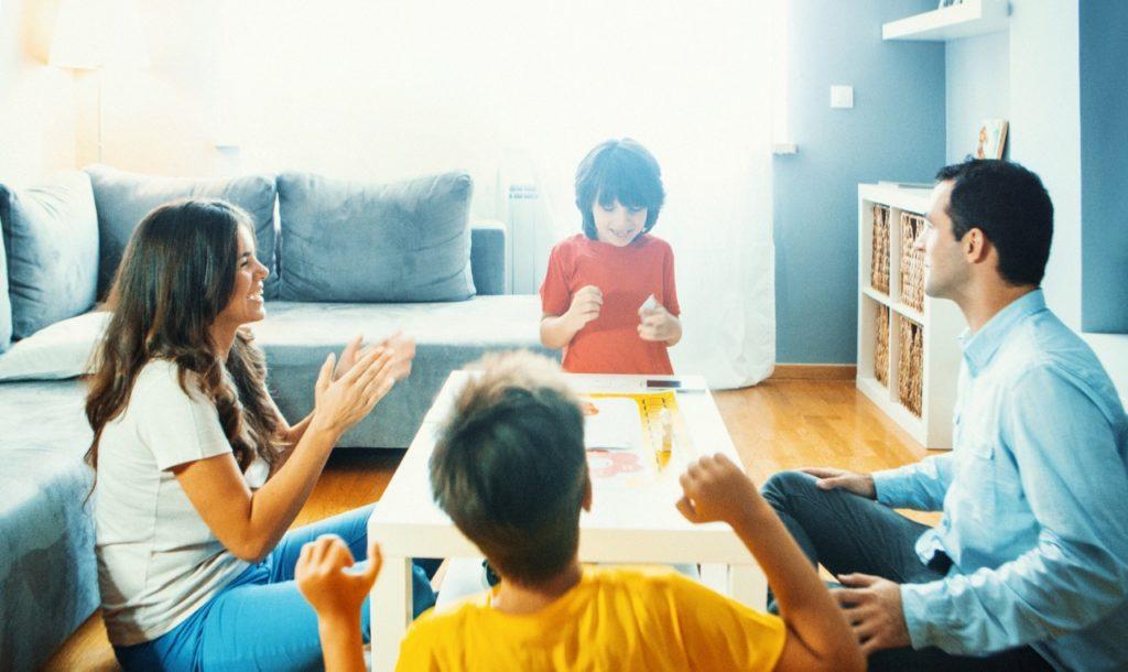 jogando jogos com filhos e família