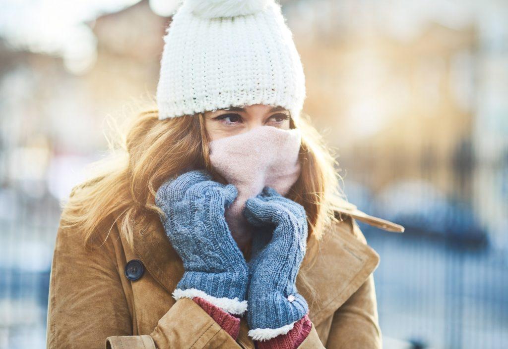 Mulher agasalhada no frio